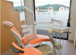 窓に面した診療チェアです。清潔でのびのびと診療を受けられます。