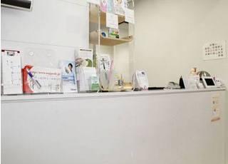 明るい受付は白を基調として、清潔感があります。