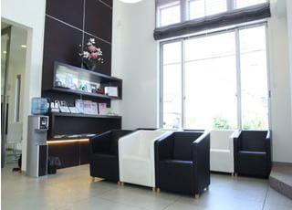 待合室です。お待ちになっている間、雑誌や新聞を読んでリラックスしてお待ちください。