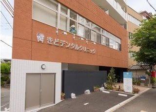 医院の外観です。桜坂駅から徒歩2分、駐車場もございますので車でもご来院いただけます。