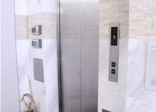エレベーターでおあがり下さい。