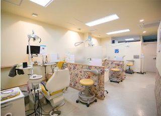 診療室です。プライバシーを守るため、パーティションを設けてます。