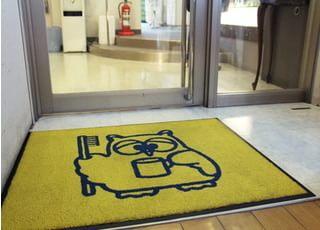 当院の入り口に置いてあるマットです。かわいらしいフクロウのキャラクターもお待ちしております。