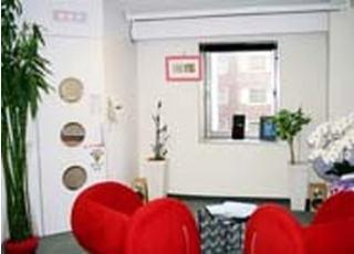 待合室です。赤いソファが印象的です。