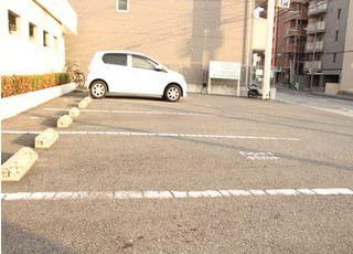 駐車場をご用意しています。駅からも近いので、お車でも交通機関でも通っていただけます。