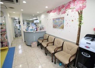 待合室です。壁のペイントやキッズスペースなど、和やかな雰囲気が特徴です。