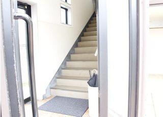 歯科医院はこちらの階段を上った二階にございます。
