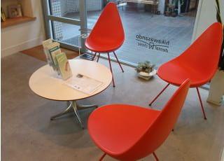 丸テーブルと椅子をご用意しています