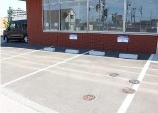 駐車場です。医院の正面と向かって左側に計6台分あります。