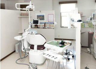 診療チェアです。目の前にはモニターを設置しわかりやすい診療を心掛けています。