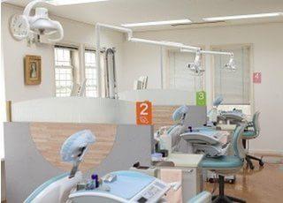診療室です。開放感のある室内でチェアも4台ご用意しております。