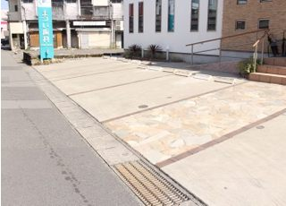 医院の目の前が駐車場になっております。