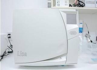 こちらの機器を使用し、しっかりと滅菌を行っています。