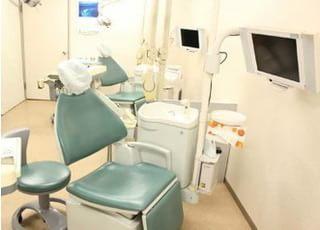 診療チェアのモニターを使って歯の説明を行います。
