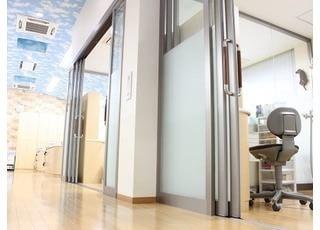 個室の診療室です。天井が高いため開放感があります。