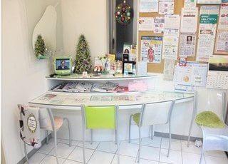 おしゃれな待合室です。診療前後はお掛けになってお待ちください。