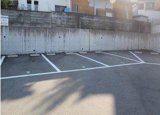 道の右側にはこのような駐車場がございます。
