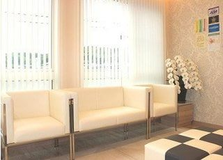 白を基調とした待合室で、落ち着く空間をイメージしています。