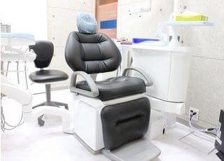 診療チェアです。ふかふかのチェアは座り心地も抜群です。