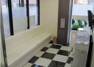 待合室です。ウォーターサーバーもご用意しておりますので、ご自由にご利用ください。