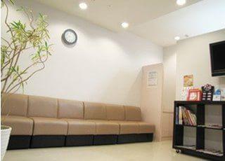 待合スペースは広い空間取り、圧迫感のないようにしています。診察までしばらくお待ちください。