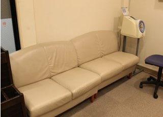 待合室ではソファにお掛けになってお待ちください。