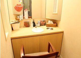 洗面台には大きな鏡が設置してありますので、診療前後のお化粧直しなどの際にご利用ください。