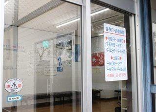 入り口で診療日や診療時間の確認を行えます。