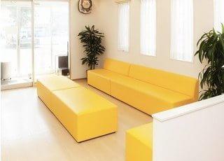 待合室です。大きなソファにお掛けになってお待ちください。