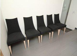 お待ちの間は椅子にお掛けになってお待ちください。
