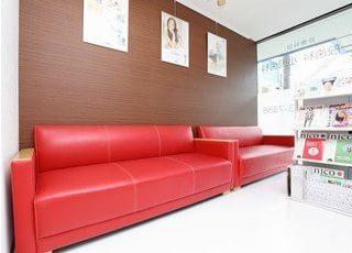 待合室は赤いソファーをポイントにしたモダンな雰囲気です。