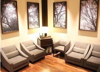 待合室です。ゆったりしたソファで、リラックスしてお待ちいただけます。