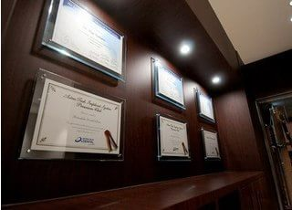 待合室には、国内国外問わず数々の学会や研修会に参加した証明書や認定証を並べております。