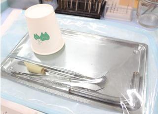 治療に使う者はなるべく使い捨てにし、機器は患者様ごとに滅菌済みのものを使います。