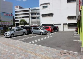 専用駐車場も備えております。お車でもお越しいただくことができます。