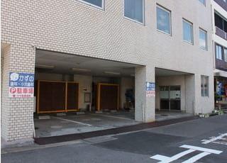 全部で15台分の駐車スペースを設けております。また、こちらの駐車場をお使いいただくこともできます。