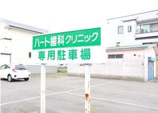 医院敷地内に駐車スペースがございます。