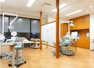 診療室です。仕切りで隣が見えなくなっているので、治療風景を他の患者様に見られる心配はありません。
