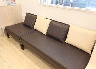 待合室にはふかふかのソファーがあります。