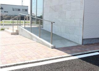 入口にスロープがございますので、車椅子やベビーカーの方でも安心してご来院できます。