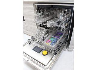 国際規格(ISO15883)に準拠した高性能洗浄器で歯科用器具を確実に洗浄・消毒します。
