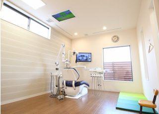 天井にもモニターを設置しておりますので、お子様も落ち着いて治療を受けていただけます。