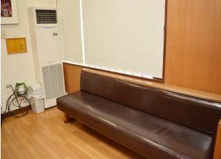 待合室の椅子です。長椅子なのでゆったりと座っていただけます。