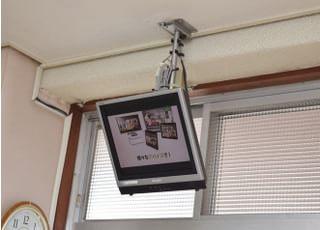 天井に設置しているモニターを患者さまにご覧いただいています。