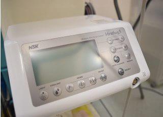 超音波で骨を削る機械です。血管や神経などの軟組織を傷付けることなく、安全にインプラントなどの治療を行うことができます。