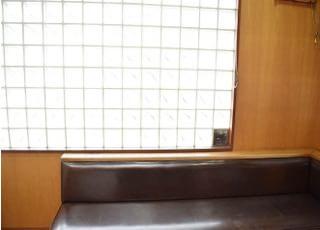 待合室には大きな窓がありますので、日差しが入ってくる明るい院内です。