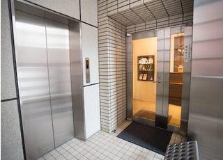 ビルの6階にございますので、エレベーターでおあがりください。