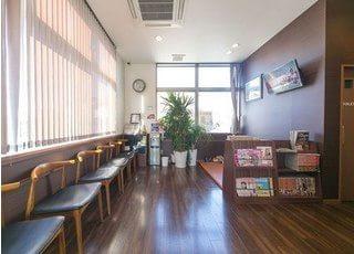 待合室です。木目調の温かみのある空間を意識しております。