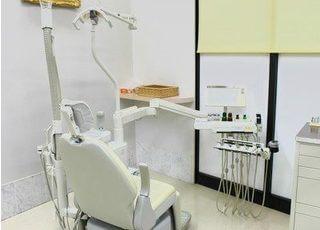 診療室です。白で統一された空間は、清潔感があります。