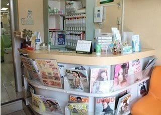 受付です。雑誌各種、置いております。待ち時間にご利用くださいませ。